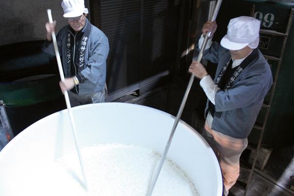Stirring-moromi-at--Kikuchi-Shuzo